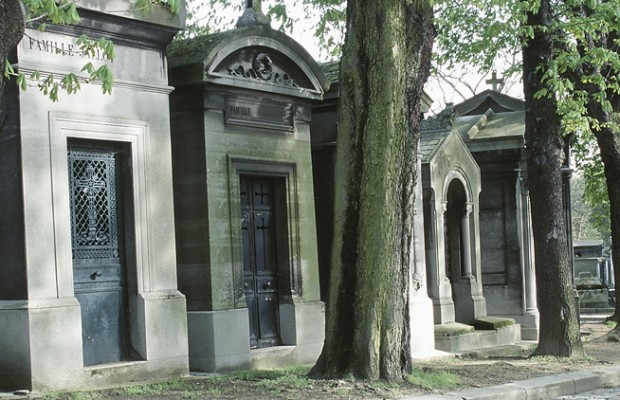 A woman moves into her husband's tomb at the cemetery